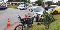 Motociclista fica gravemente ferido em batida com carro em cruzamento, em Curitiba
