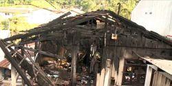 Jovem tem casa incendiada após ir à delegacia para pedir medida protetiva contra ex em SC