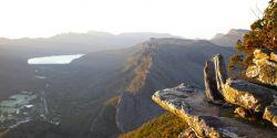 Mulher que tentava tirar fotos morre ao cair de mirante de 80 metros em parque na Austrália